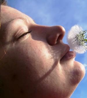 אישה עם פרח גדול